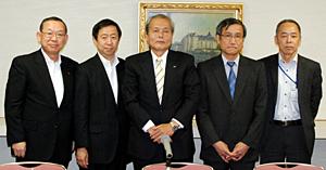 新役員の5名。(左から)西本副会長、村田副会長、神山会長、平田副会長、阪本常務理事