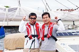 世界初の航海に出発する岩本光弘さん(左)と辛坊治郎さん