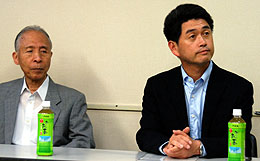 記者発表する雑賀社長(左)と阪本副社長