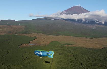 10日、富士の樹海上空を悠然と飛行したバイエル号