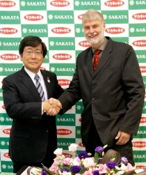 サカタのタネの坂田 宏社長(左)とジーンツイスター社のダウヴェ・デ・ブア社長