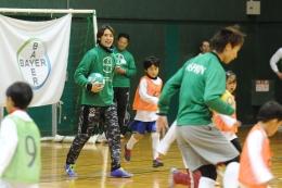 子どもらとサッカーを楽しむ細貝選手(中央)
