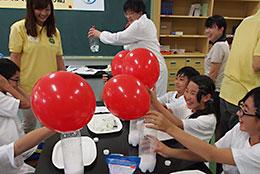 炭酸ガス風船の実験の様子