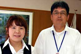 植物工場担当の下重さん(右)と鈴木さん