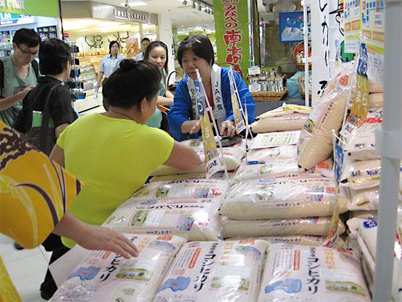 8月22日からシンガポールの明治屋で販売された福島県産コシヒカリ(写真提供:JA全農)