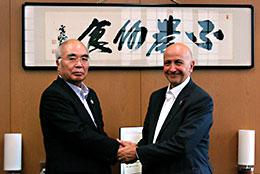 萬歳章JA全中会長(左)と握手するバンセル氏