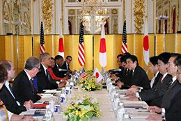 日米首脳会談の様子(24日、赤坂迎賓館)