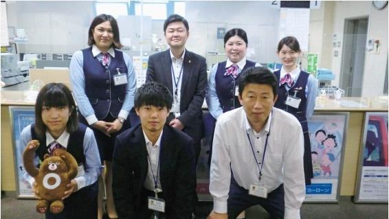 総合優績表彰の前田さん(後列右から3人目)と職場の仲間