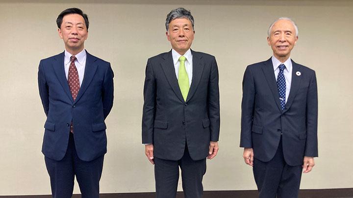 左から末松評議員、米井理事長、雜賀会長