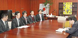 林農水相(右)と懇談する遠藤会長(左から2番目)ら全青協執行部