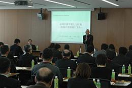 講演する黒澤氏。約70人が参加した。