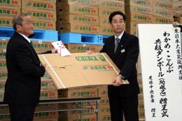 贈呈式にて。(左から)小野寺清繁・宮城県漁協わかめ・こんぶ部会長、黒田部長