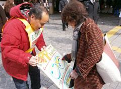 TPP参加には「反対」にシールを貼る女性