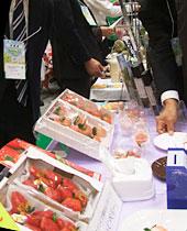 イチゴ「桃薫」などが紹介されたブース