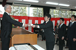 山中学校長(左)から卒業証書を受け取る倉持暁成さん