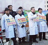 TPP参加表明阻止を訴えマイクを握る医師たち(左)と農家の女性たち