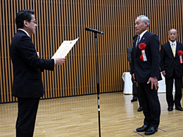 表彰を受ける広野正則さん(右)