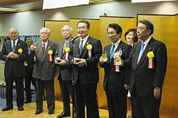 山田俊男氏(右から2人目)への支援を訴える発起人代表ら