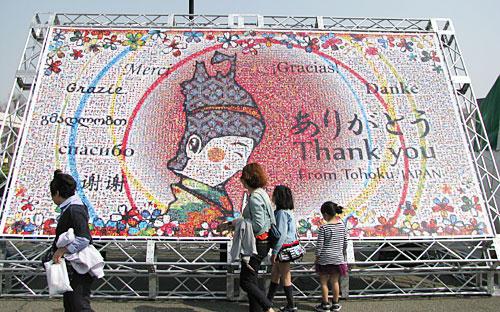 約1万枚の写真で作られた大きなモザイク画