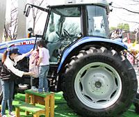 子どもたちに人気だった井関農機のトラクタ試乗