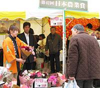 「日本農業賞」大賞受賞のJAみなみ信州花き部会が特産のダリアなどを展示販売