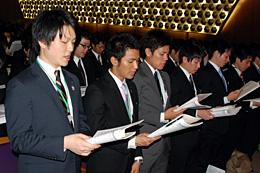 JA綱領を唱和する新入職員ら