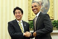 日米首脳会談でオバマ大統領と握手する安倍総理(首相官邸ホームページより)
