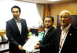 要請書を手渡す飛田副会長(中央)、山中勝義JA全中畜産委員長(右)と江藤副大臣