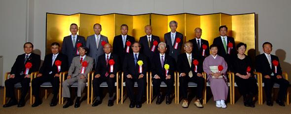 表彰式終了後、受賞者と今村委員長(前列中央左)らと記念撮影