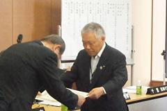 目標達成県域を代表して表彰をうける萬代宣雄・JA島根県中央会会長(右)
