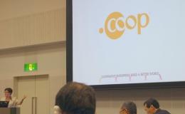 世界共通ロゴを紹介するグリーン会長