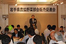 5日の報告会であいさつする村川副本部長