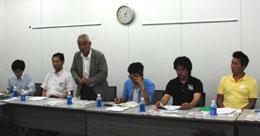 意見交換会に出席したJA土浦宮本会長(左から3人目)と担い手農家たち