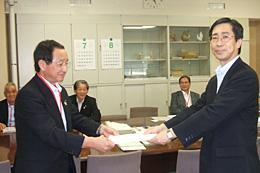 奥原経営局長(右)に新世紀JA研究会の要望書(大会アピール)を渡す藤尾代表