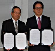 業務提携の覚書を締結した大多和社長(左)と石毛理事長