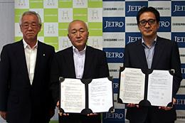 業務提携の覚書を締結。(右から)ジェトロの石毛博行理事長、法人協会の藤岡茂憲会長、笠原節夫副会長