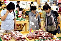 直売所で農産物を買って支援