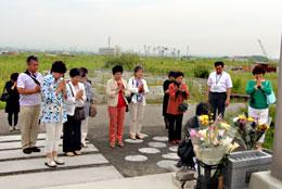津波の犠牲者に献花する女性協のメンバー