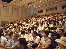 会場には入りきれないほどの人が集まった。