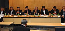 報告会に出席した各団体の幹部など(10月11日、東京・永田町の全国町村会館で)