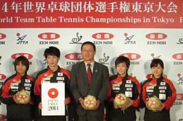 ミニ米俵を手に持ち、大会の成功と活躍を誓う。(左から)平野選手、松平選手、吉永専務、石川選手、福原選手