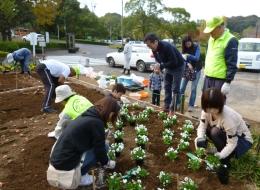 nous1311061201.jpgボランティア団体「千波湖周辺の公園と自然を愛する市民の会」とともに食足(会長 高?美智子)のメンバーとともに植栽活動に参加した信連、金庫の職員ら。