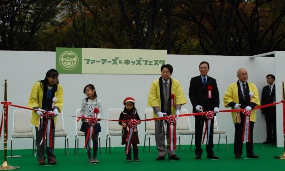 オープニングセレモニーのようす(右から)藤岡会長、河野理事長、林農相