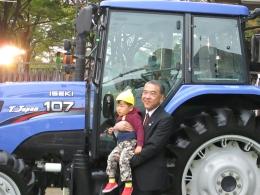 子どもといっしょに写真をとるヰセキの木村社長