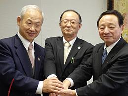 信頼関係を確認する提携3JAの組合長(右から)JAいわて中央の藤尾組合長、JA栗っこの加藤組合長、JAえひめ南の黒田組合長