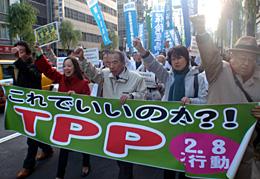 買い物客でにぎわう銀座でデモ行進。TPPの危険性を訴えた。