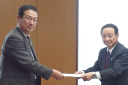 藤尾代表(左)とJA全農の吉永正信代表理事専務