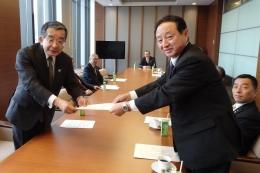 藤尾代表(左)とJA共済連の横井義則代表理事理事長