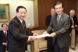 藤尾代表(左)とJA共済連の宮園雅敬代表理事副理事長