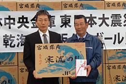 金庫復興対策部の西沢部長(左)から、宮城県漁協相澤海苔部会長へ目録贈呈
